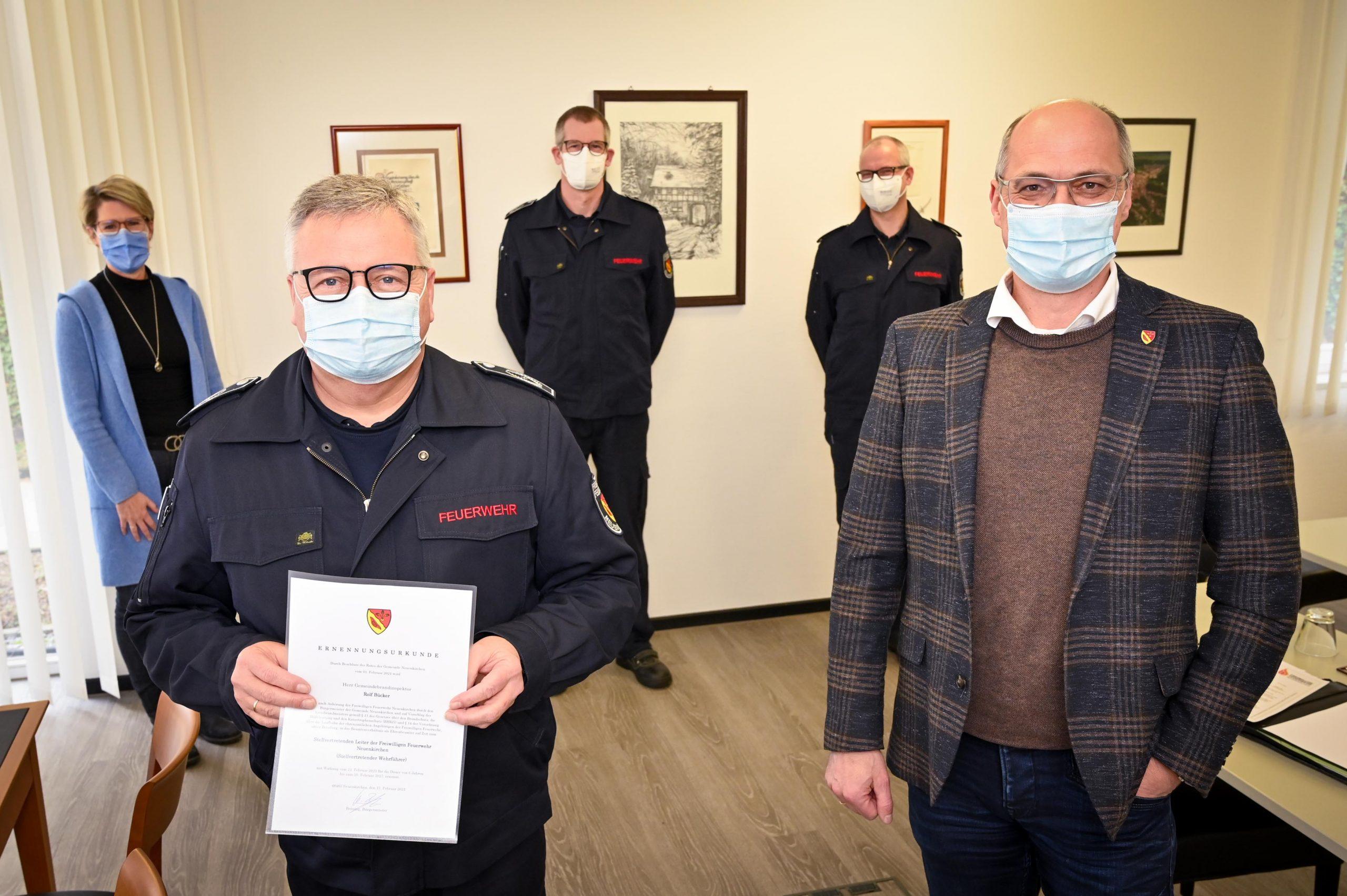 Gemeindebrandinspektor Rolf Bücker (l.) wurde von Bürgermeister Willi Brüning (r.) erneut für sechs Jahre zum stellvertretenden Leiter der Feuerwehr ernannt. Im Hintergrund (v.l): Ordnungsamtsleiterin Birgit Brüning, Berthold Perick (stv. Leiter der Feuerwehr) und Ralf Stoltmann (Leiter der Feuerwehr).